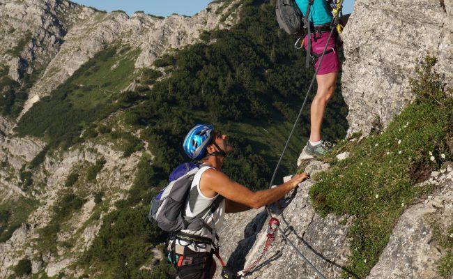 Kletterer in einer Bergwand um das Bergheim Unterjoch