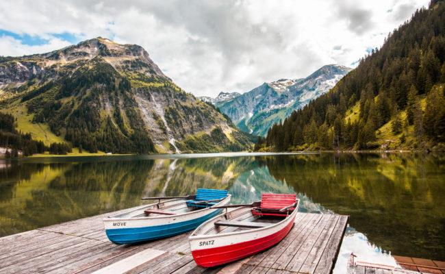 Bergsee mit Booten beim Bergheim Unterjoch