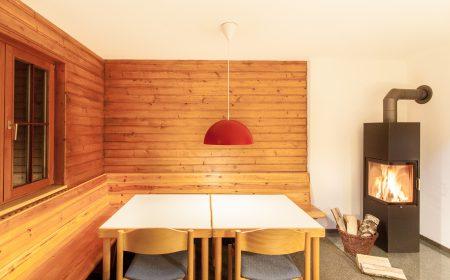 Raum mit Ofen im Bergheim Unterjoch