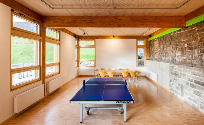 Seminarraum mit Tischtennisplatte im Bergheim Unterjoch